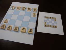 自作の5五将棋盤とプラスチック駒 大小