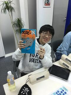 準優勝の川崎君、副賞のクロスワードブックと共に