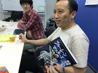 自分のインタビューが掲載された本を手にご満悦の正田さん