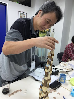 自ら考案の賢者の塔をプレーする山本さん